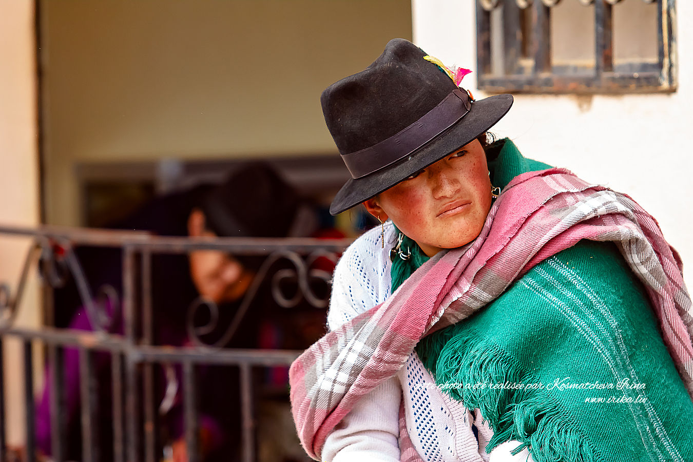 Femme portant un chapeau