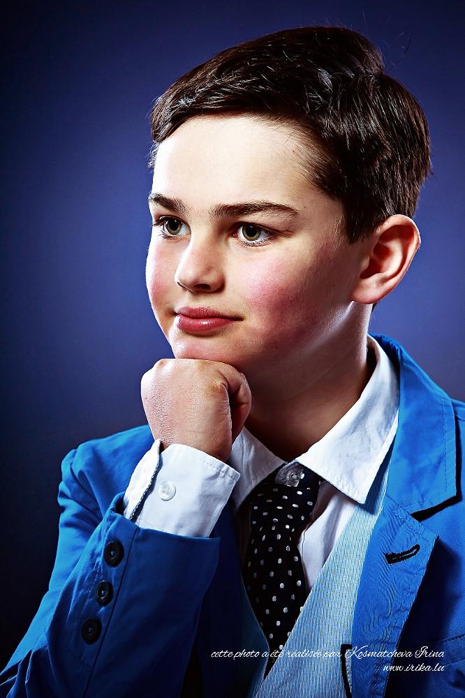 Garçon en tailleur bleu