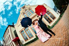 Chris et Yves sous les parapluies colorés