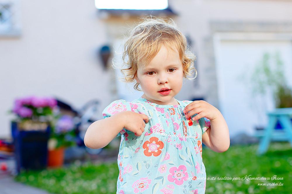 Petite fille en tenue bleue