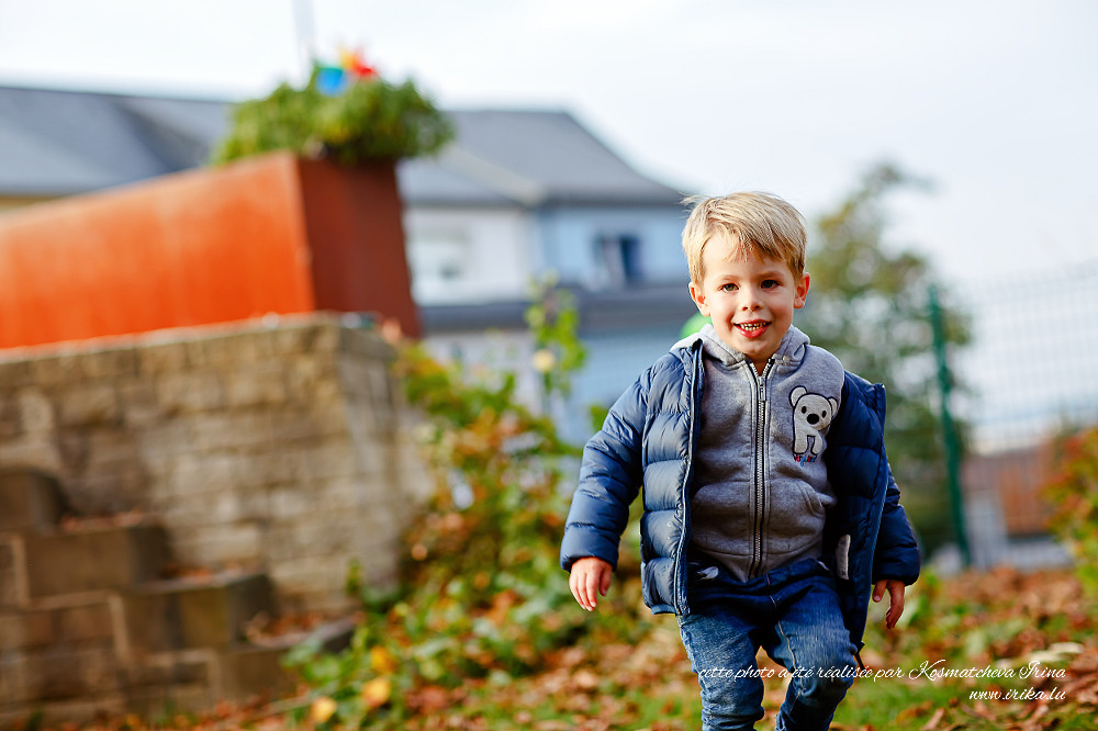 Un petit garçon qui joue dans mon jardin