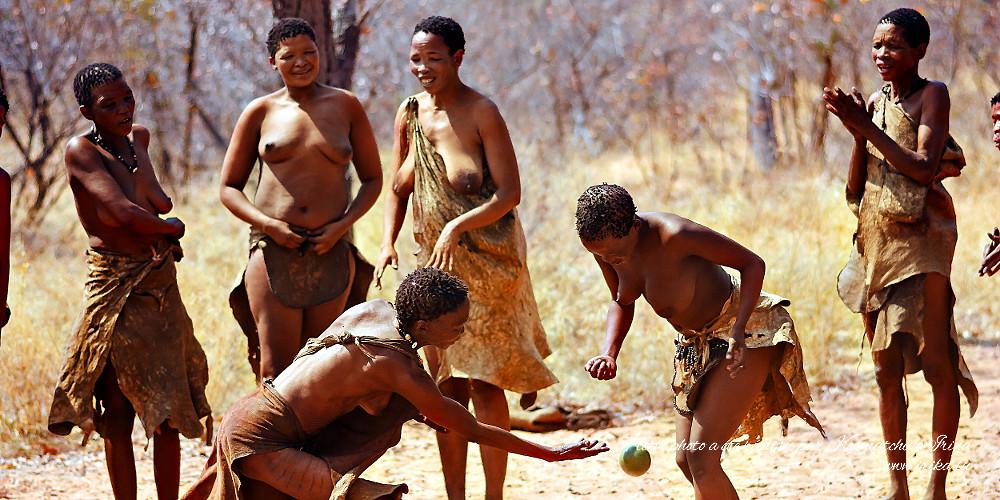 Femmes jouant à la balle