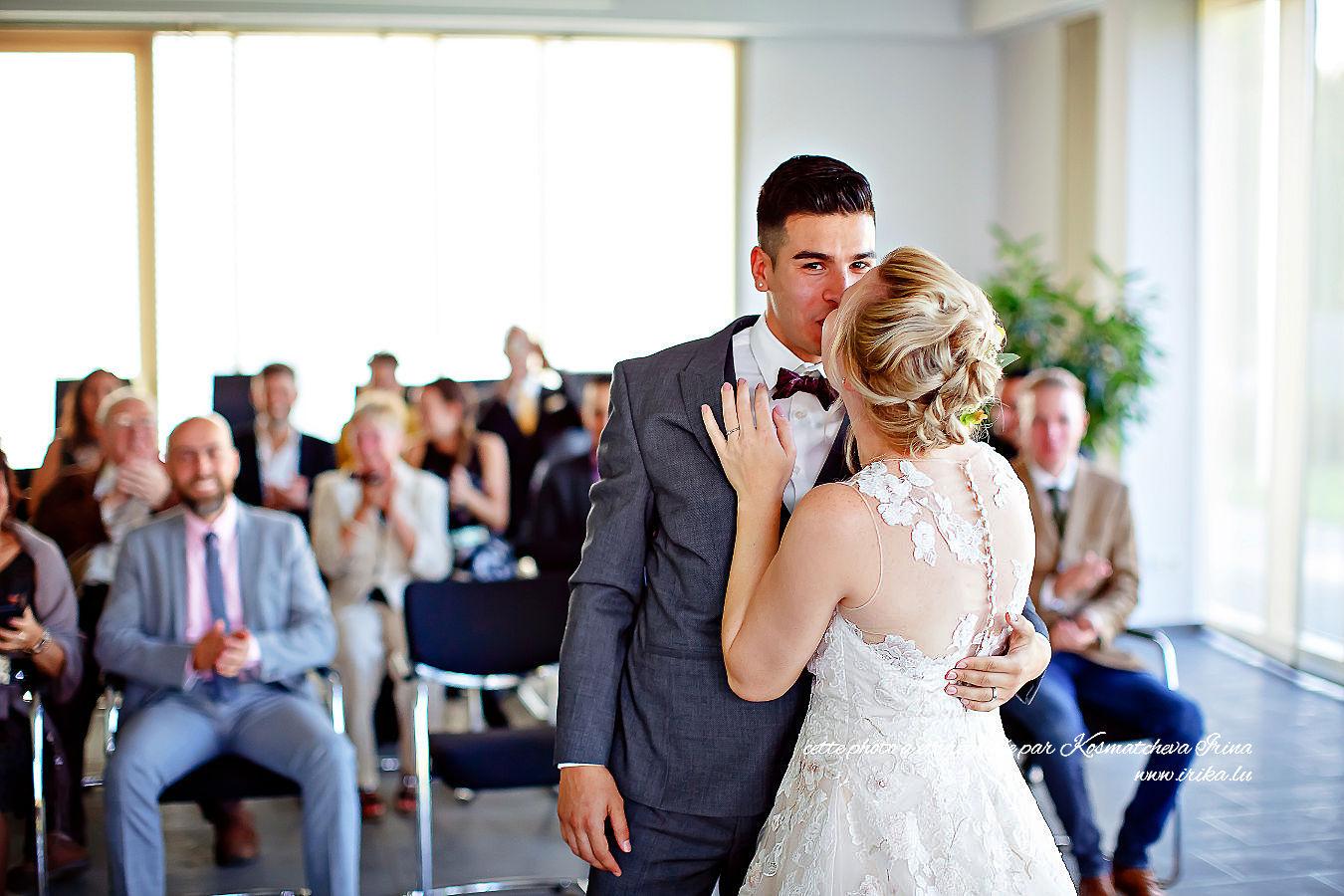 Premier baiser des nouvellement mariés