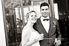 Photo du couple en noir et blanc teinté