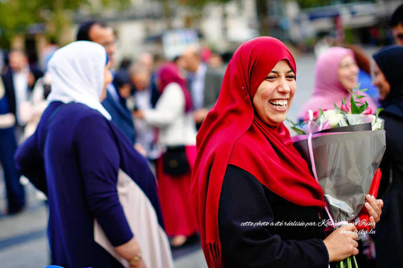 Femme en foulard rouge
