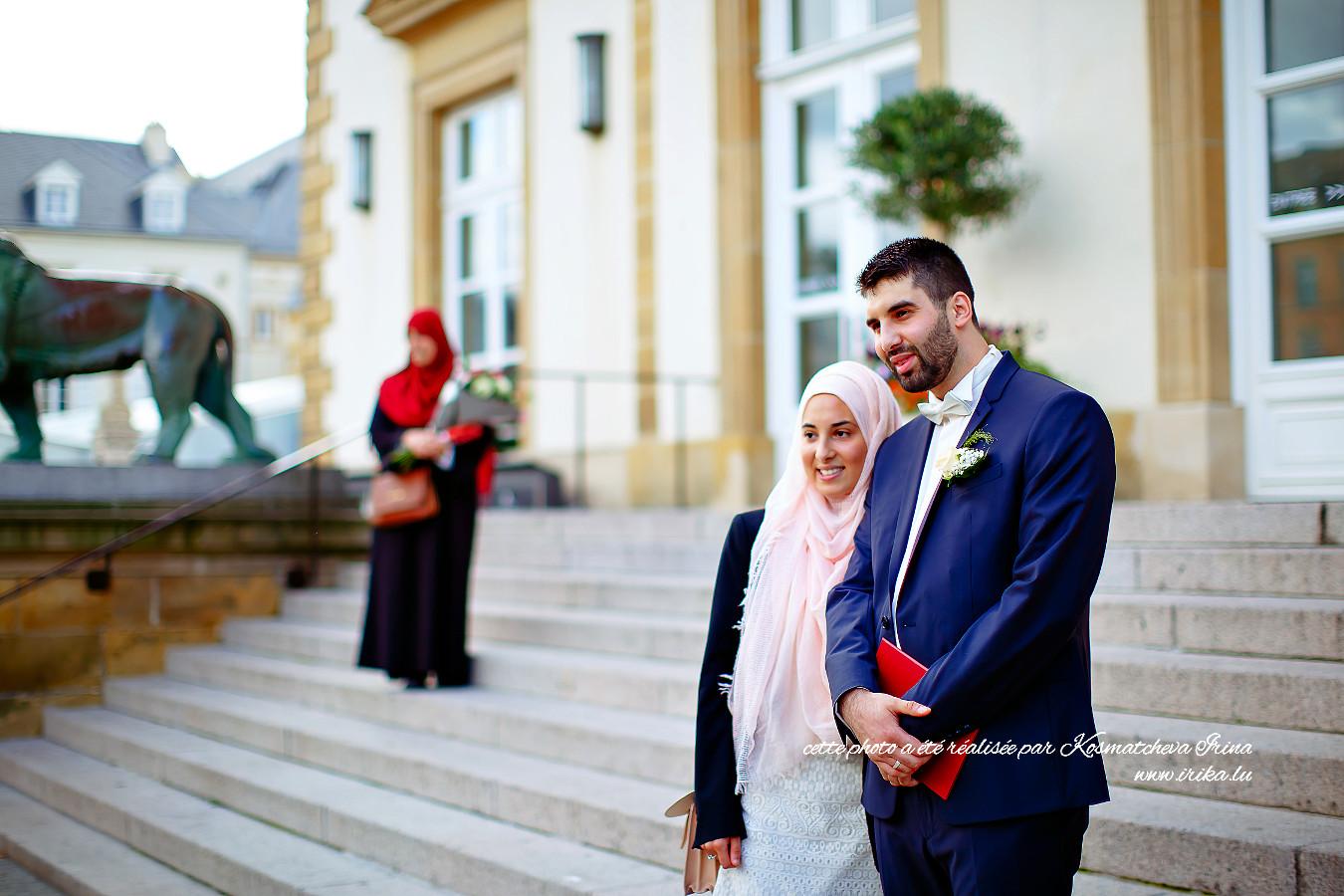 Photo obligatoire avec le marié devant la commune