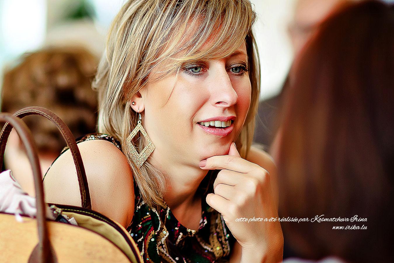 Belle femme au boucles d'oreille dorées