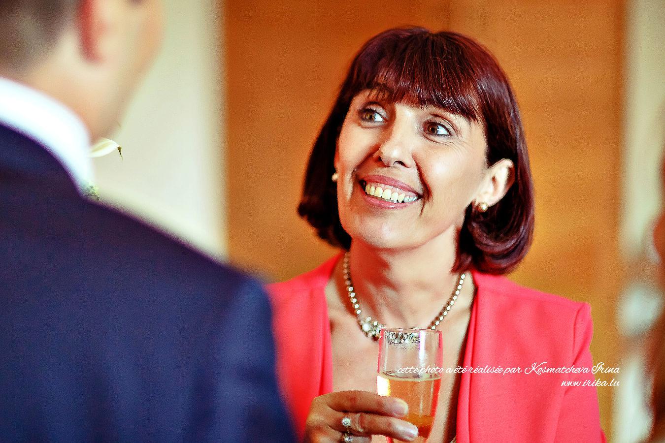 Sourire de la femme en rouge