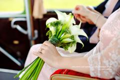 Dans un oldtimer avec un bouquet de calas