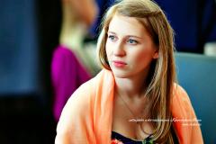 Jeune femme en étole orange