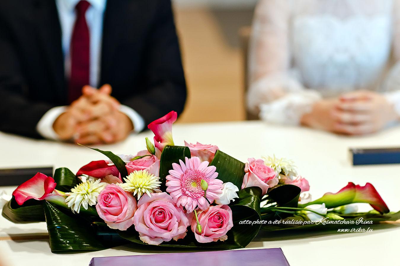 Un grand bouquet rose à la table