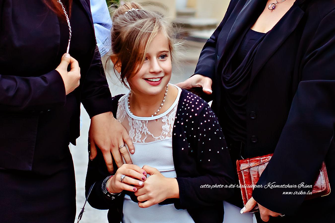 La plus jeune fille invitée au mariage