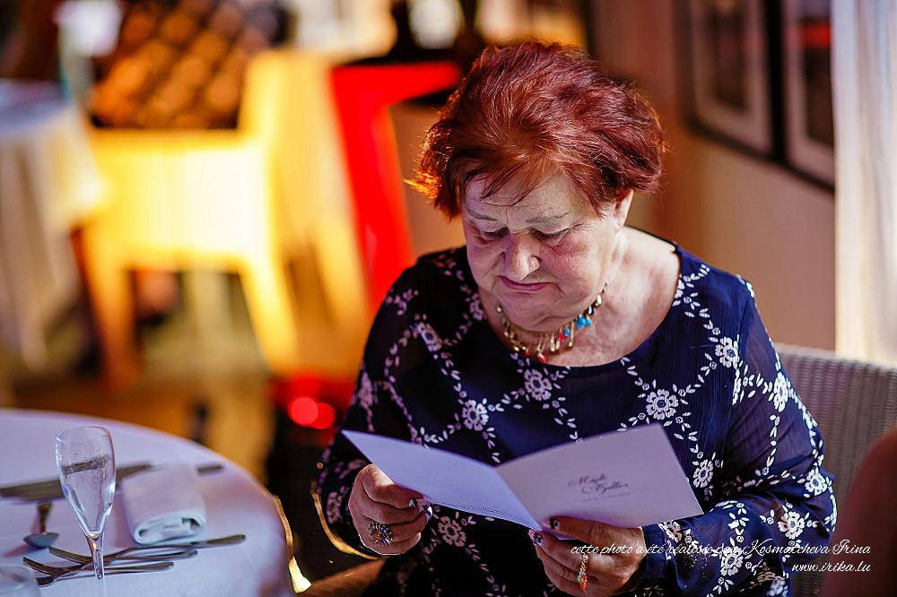 Femme lisant le menu du soir