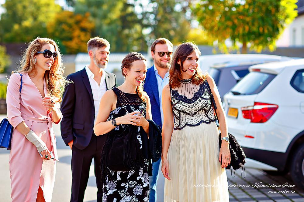 Cinq amis ensemble sur le parking