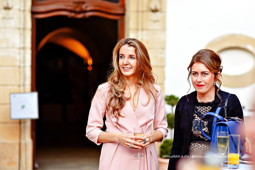 Deux jolies invitées à l'entrée au château