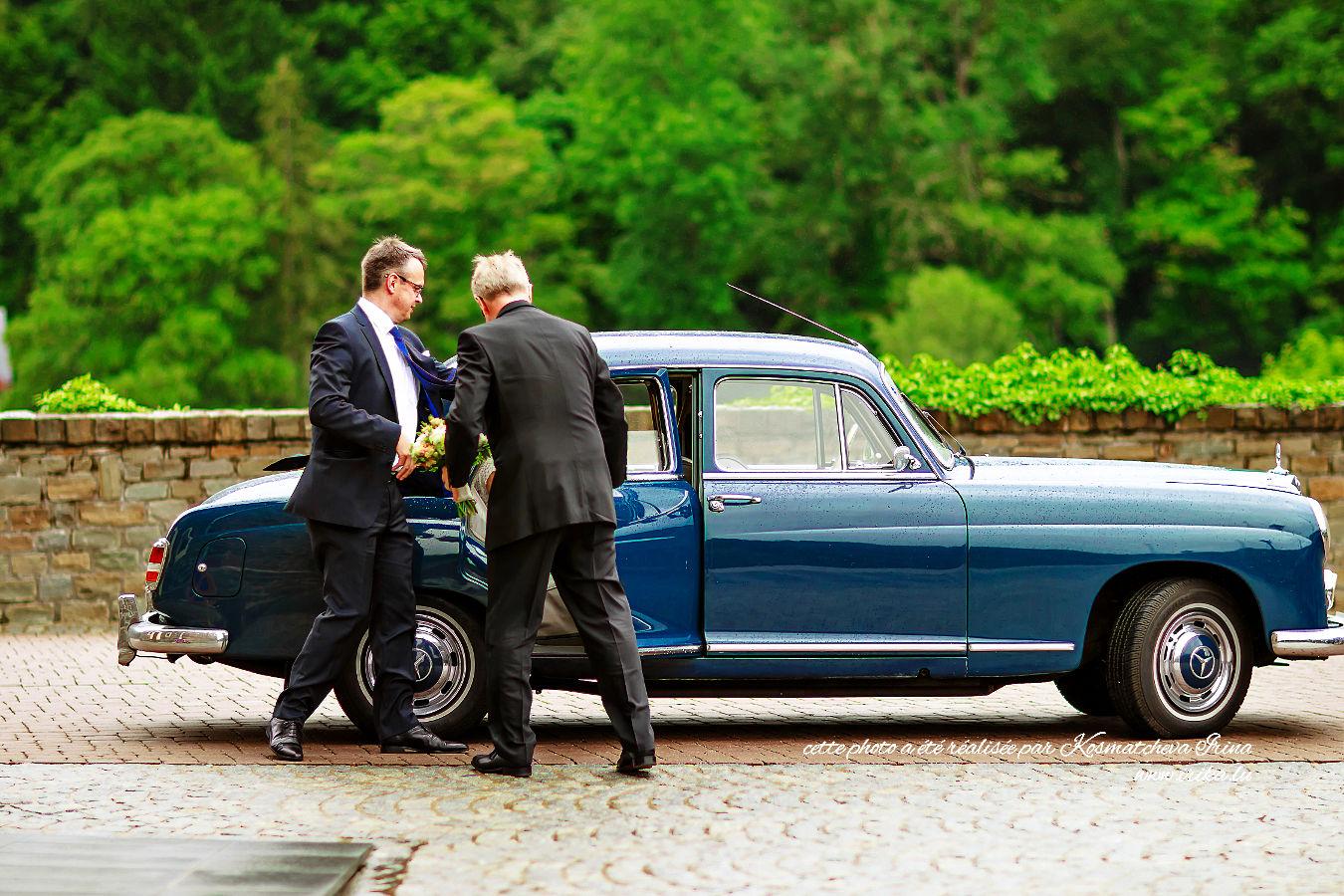 Deux hommes aident Claire à sortir de la voiture