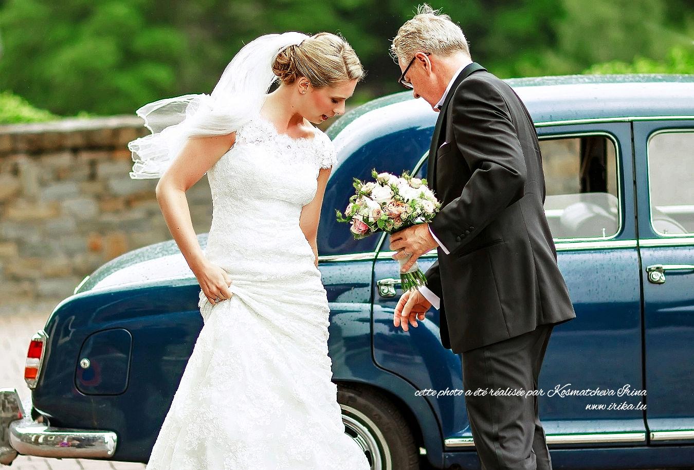 Le père aide à Claire à sortir de la voiture