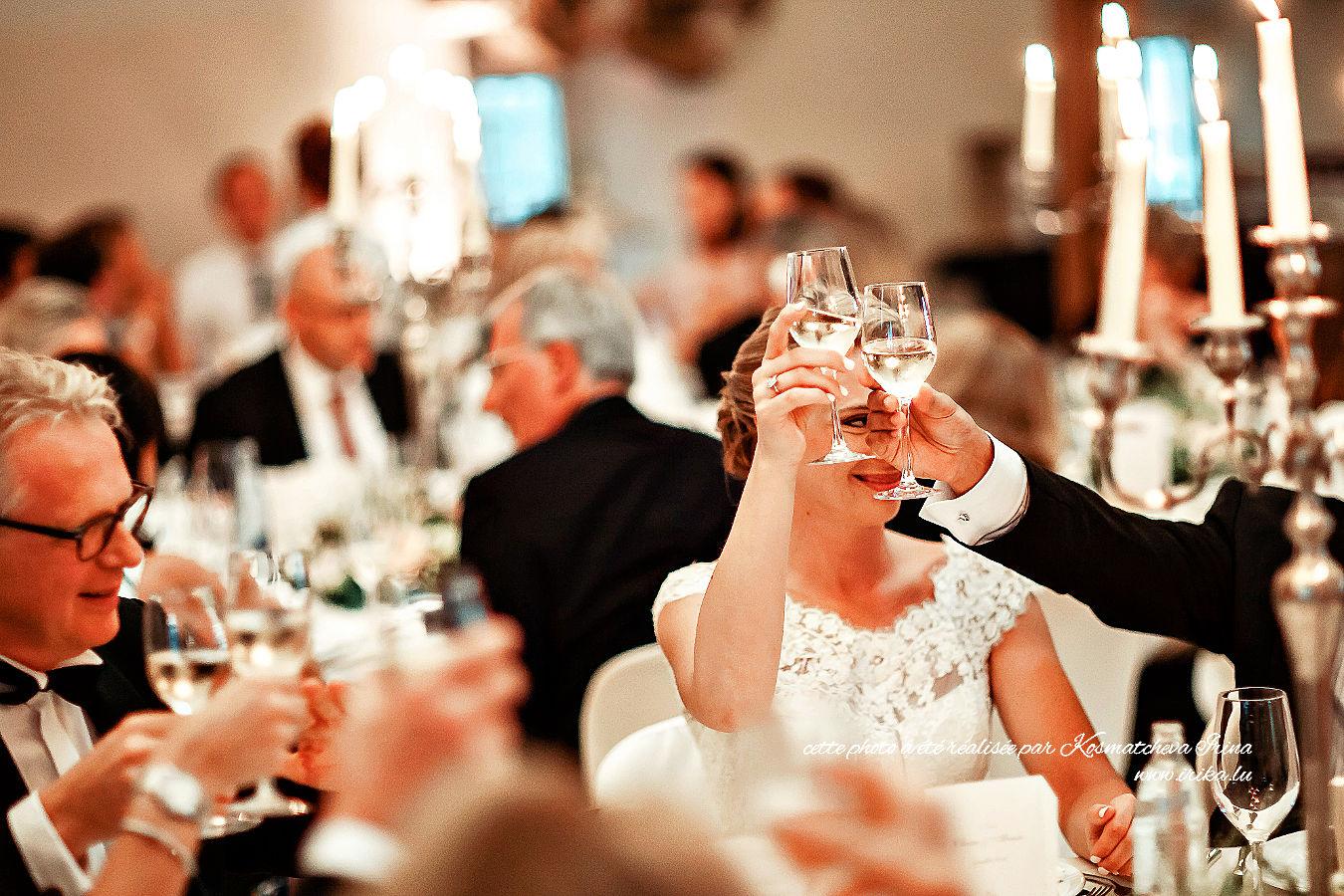 Le repas festif commence par un verre de vin blanc