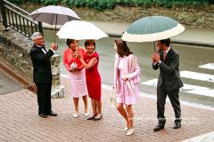 Cinq invités sous trois parapluies