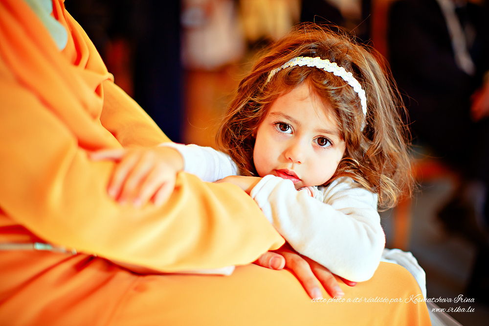Dans le bras de sa mère