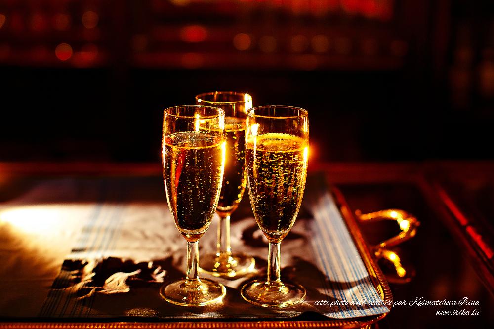 Trois verres de crémant doré