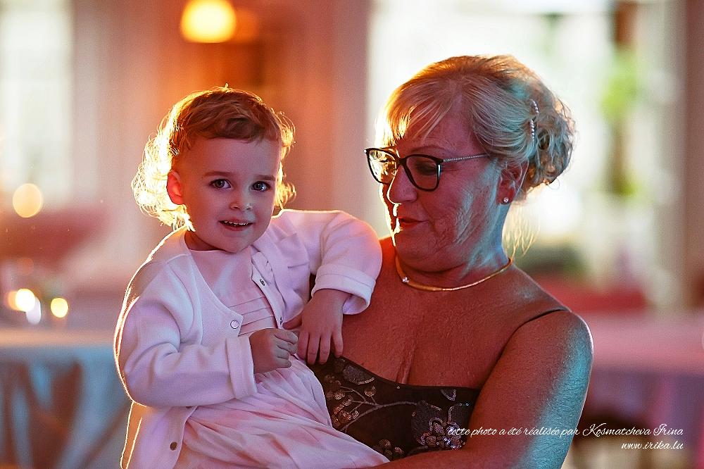 Dans les bras de la grand-mère