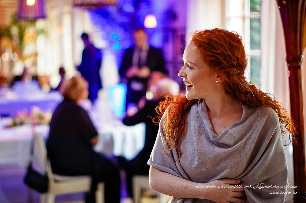 Jolie fille aux cheveux roux