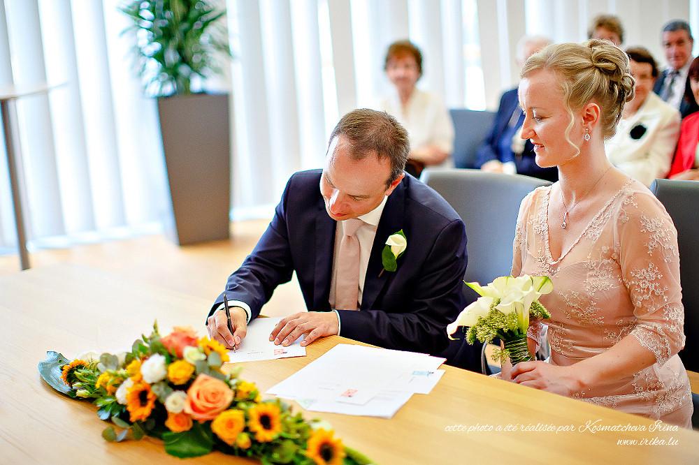 Fabrice signe les papiers officiels