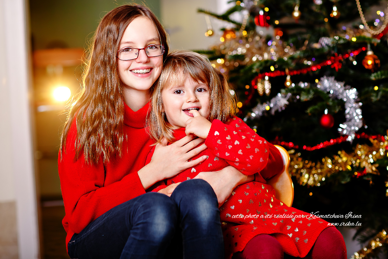 Michèle et Alexandra sous le sapin de Noël