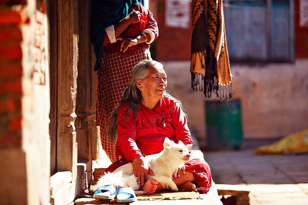 Femme âgée avec un chien blanc