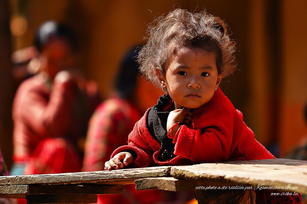 Fille habillée en rouge