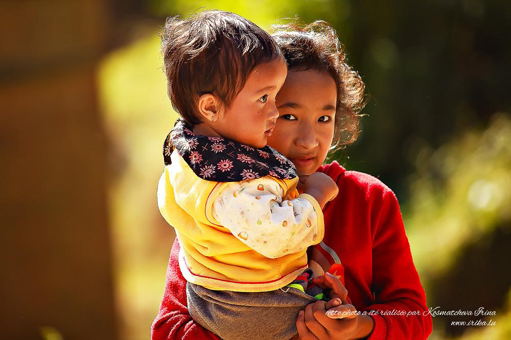 Petit frère dans les bras