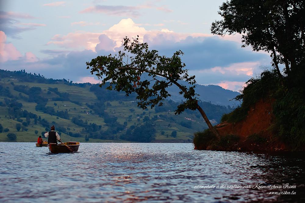Trajet en bateau à travers le lac