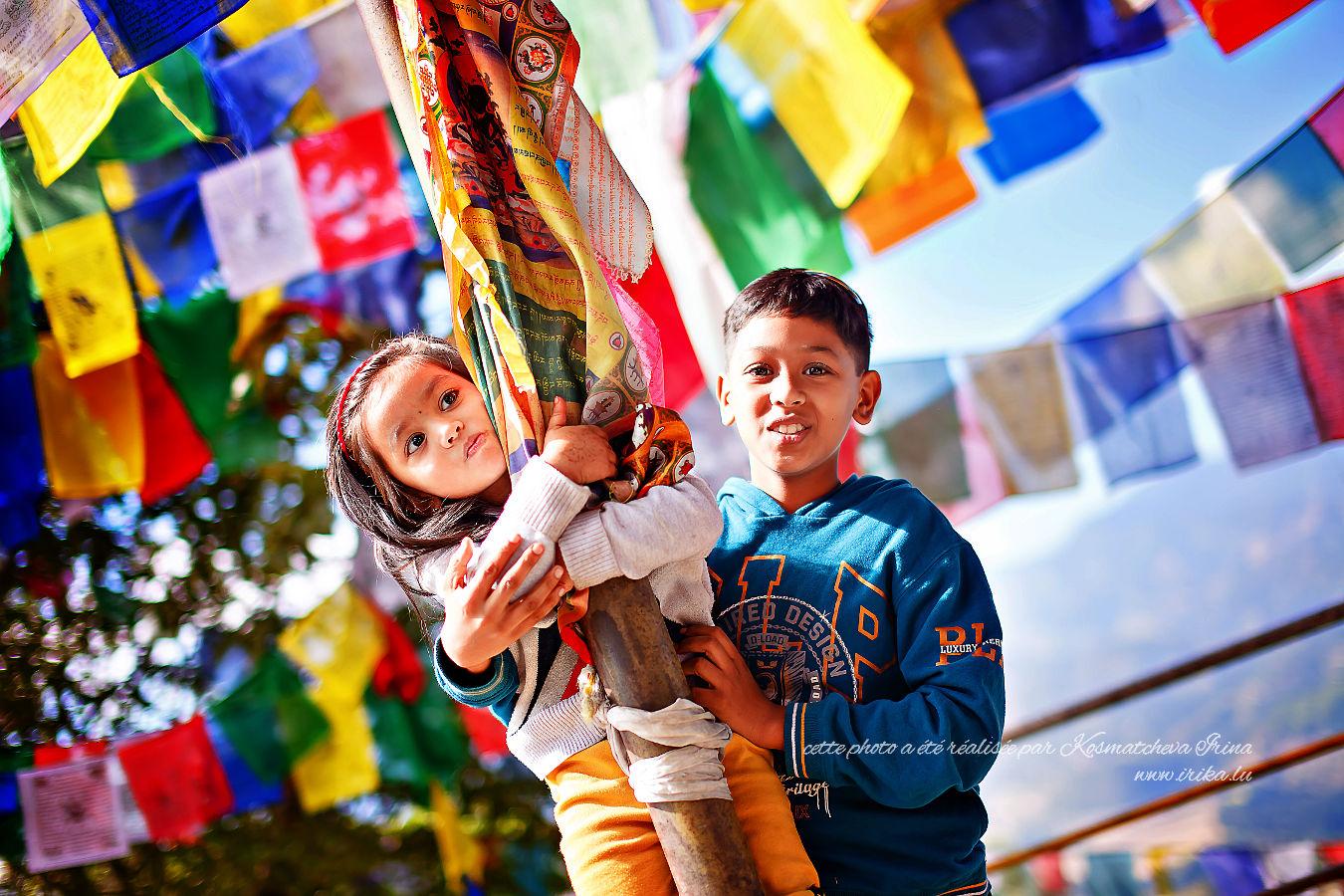 Deux enfants près d'un stupa