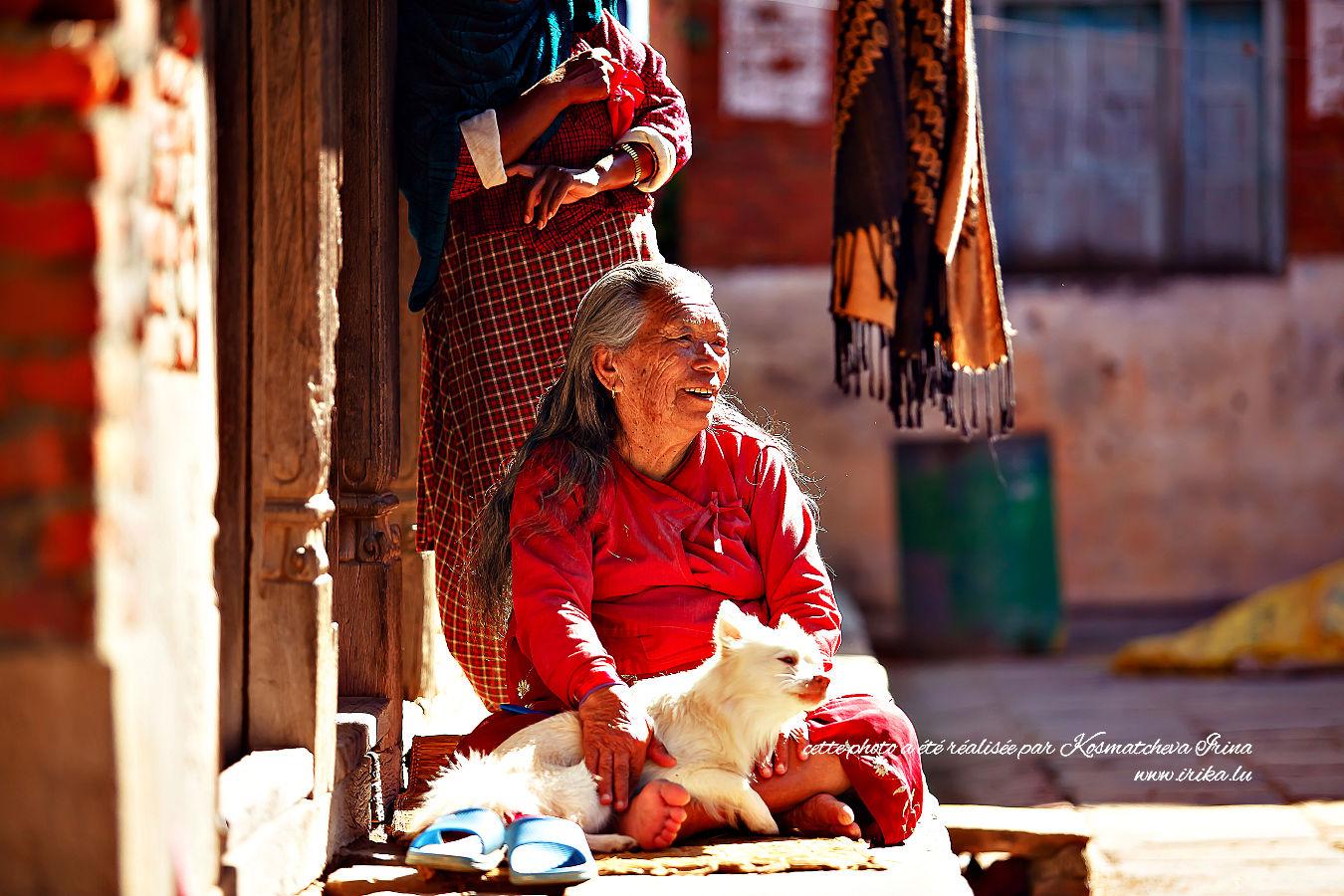 Femme âgée avec un chien