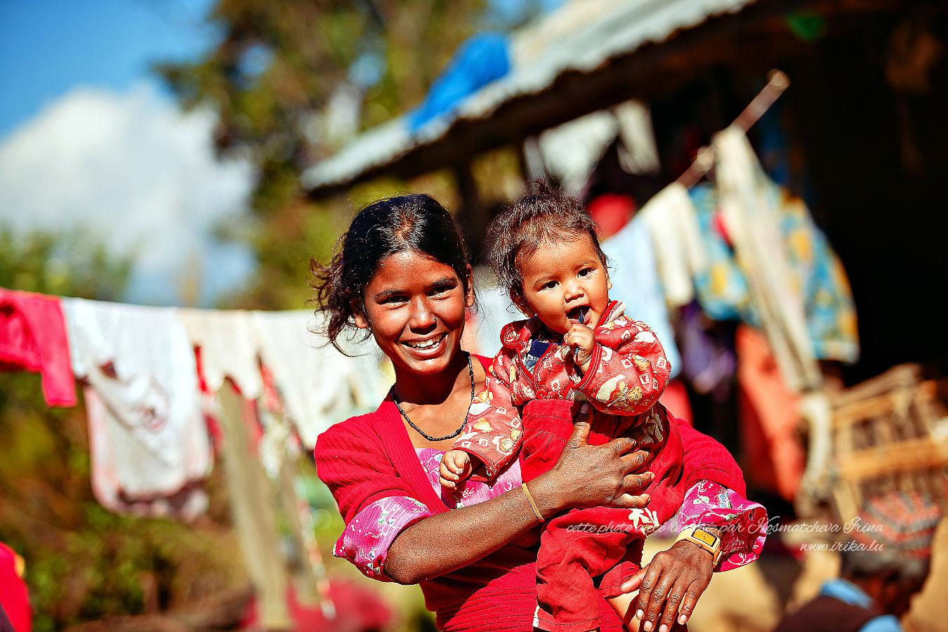 Jeune mère avec un petit enfant dans les montagnes