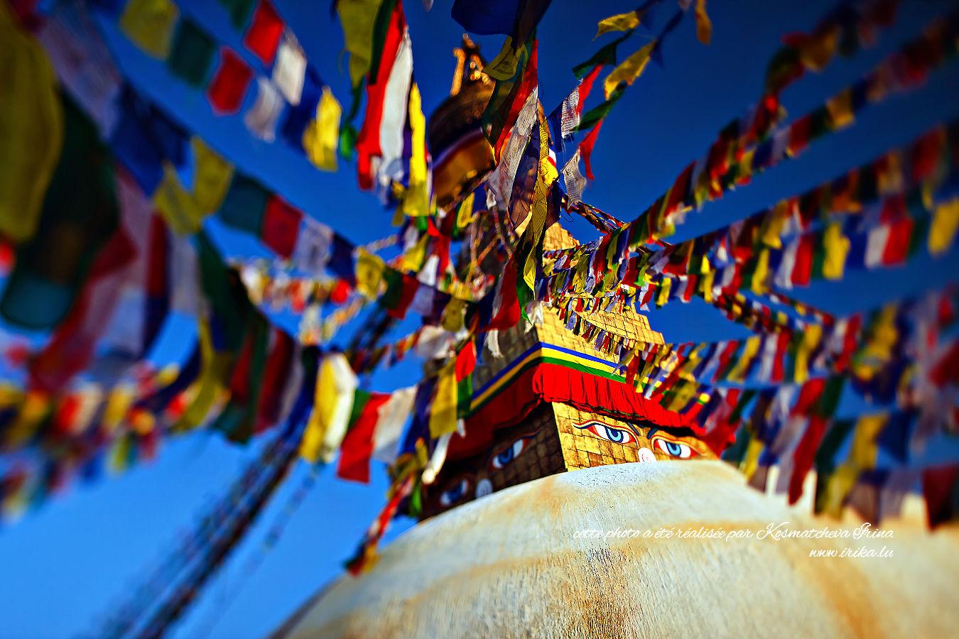 Stupa aux drapeaux colorés