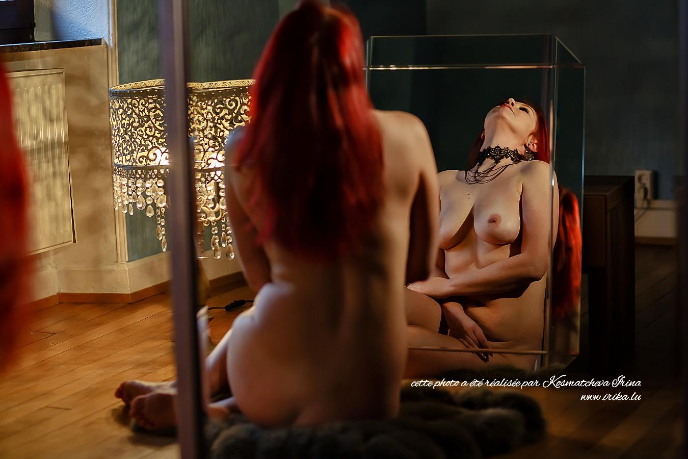 Belle femme nue assise par terre