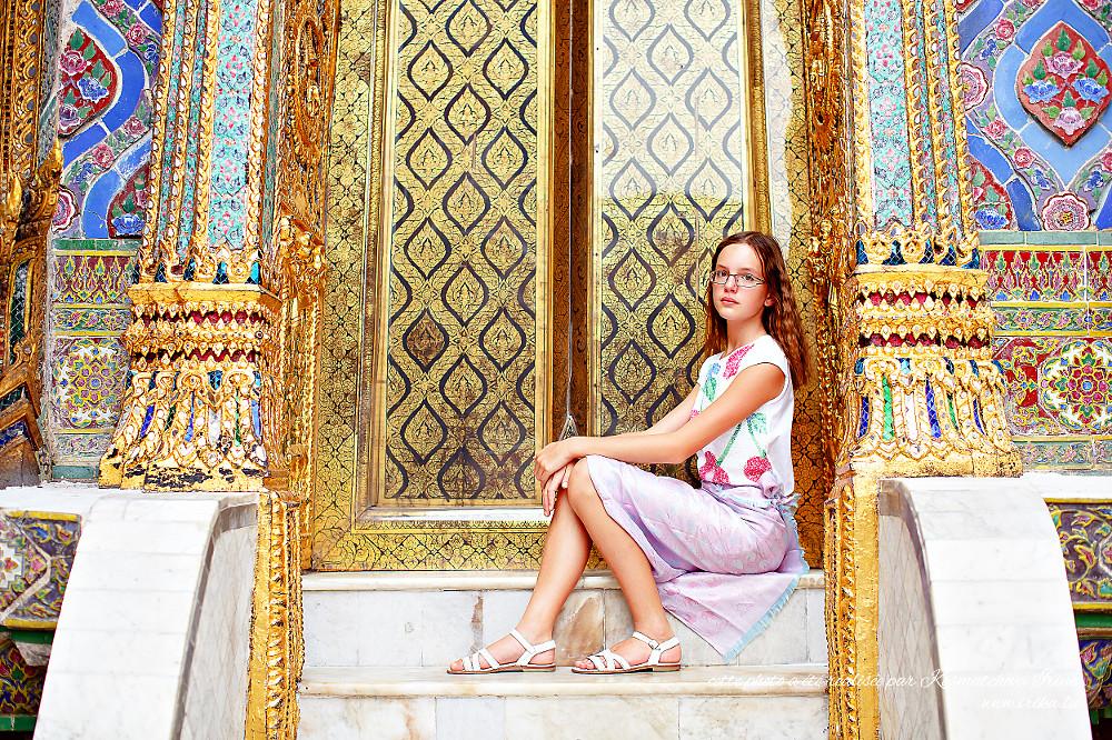 Portrait près d'une porte dorée