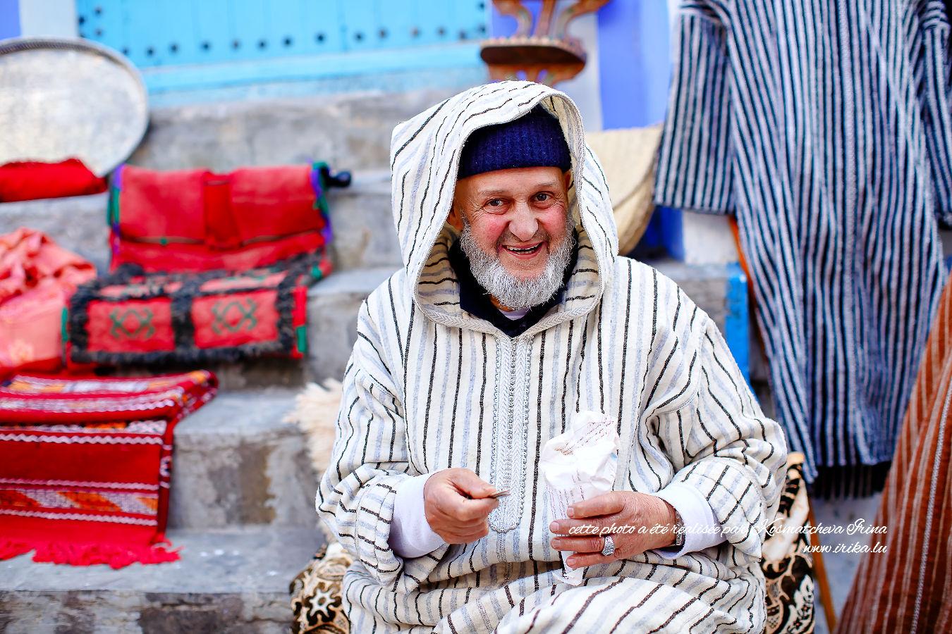 Marchand arabe en tenue blanche