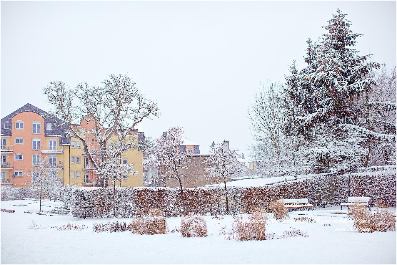 Maisonnettes de couleur sous la neige
