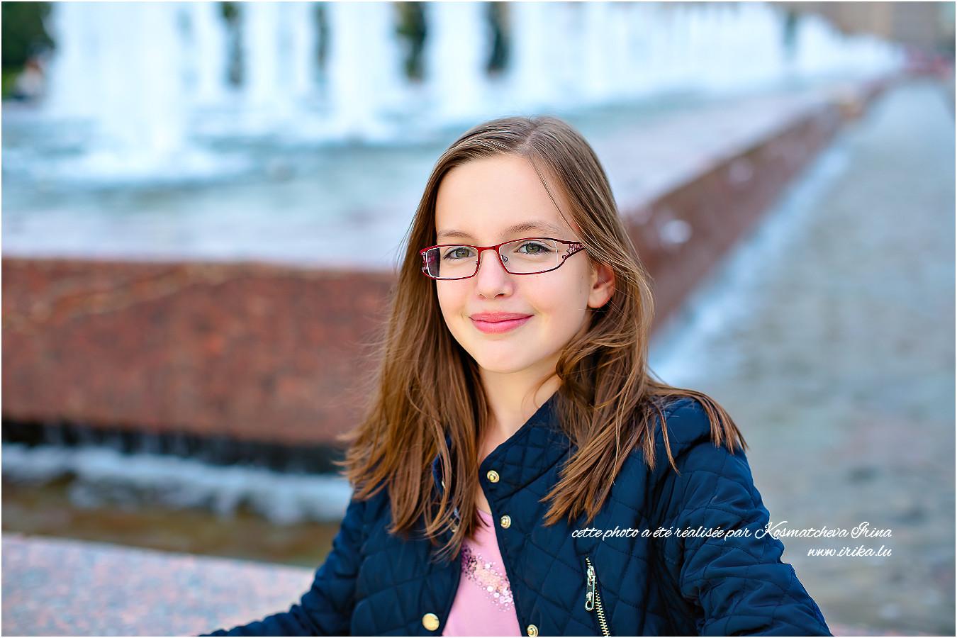 Portrait de Michèle près d'une fontaine à Moscou